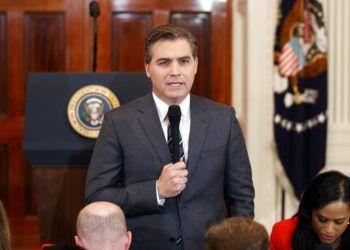 El periodista de la CNN Jim Acosta es visto antes de una conferencia de prensa del presidente estadounidense Donald Trump en la Casa Blanca. La CNN demandó a la Casa Blanca el martes, 13 de noviembre del 2018, por la revocación de la credencial de prensa de Acosta. Foto: Evan Vucci / AP.