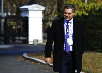 Jim Acosta de CNN atraviesa la entrada del jardín norte durante su regreso a la Casa Blanca en Washington, el viernes 16 de noviembre de 2018. Foto: Manuel Balce Ceneta / AP.