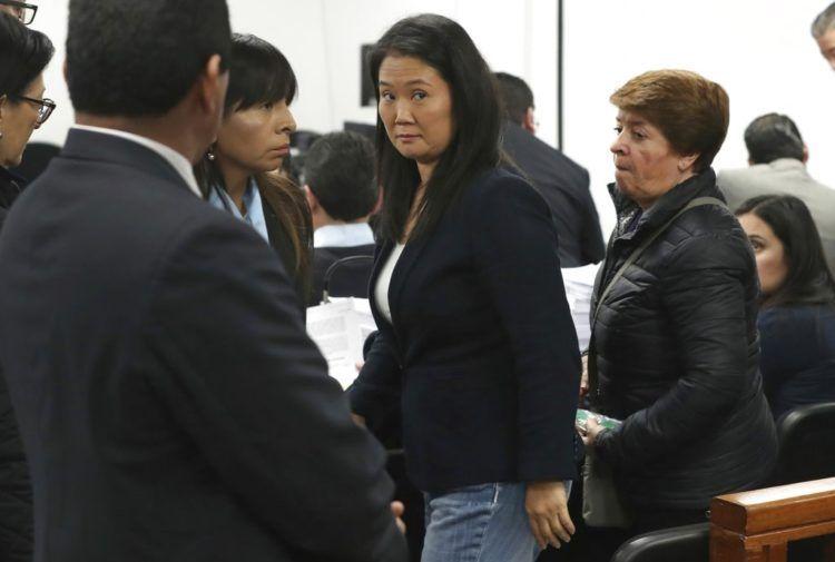 Keiko Fujimori, lideresa de oposición e hija del expresidente peruano Alberto Fujimori, asiste a una audiencia donde se piden 36 meses de prisión preventiva contra ella por presunto lavado de activos en Lima, Perú, el miércoles 24 de octubre de 2018. Foto: Martin Mejia / AP.