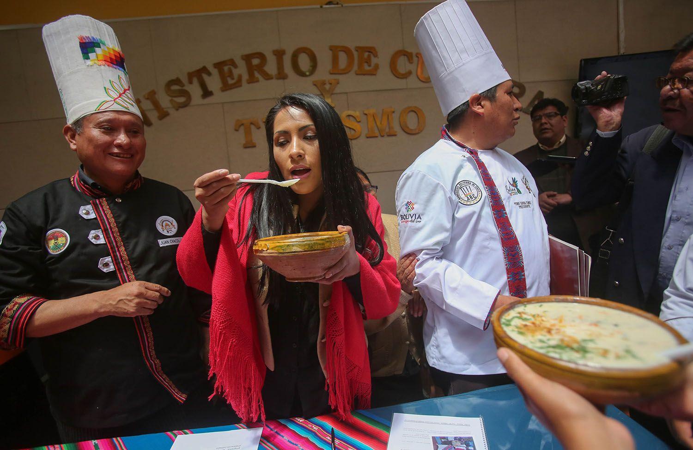 La ministra de Culturas de Bolivia, Wilma Alanoca (c), junto al presidente de la Asociación Boliviana de Chefs, Pedro Cadena (d) y el gastrónomo Juan Chacolla participan el 31 de octubre de 2018, en la presentación de un proyecto de ley que propone a la sopa de maní como plato bandera del país, que además que fue el último alimento que probó el Che. Foto: Martín Alipaz / EFE.
