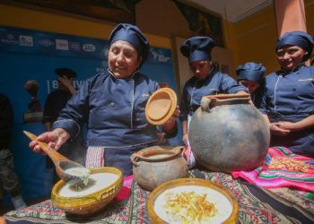 Integrantes de la Asociación Boliviana de Chefs participan este 31 de octubre de 2018, en la presentación de un proyecto de ley que propone a la sopa de maní como plato bandera del país, que fue el último alimento que probó el Che. Foto: Martín Alipaz / EFE.