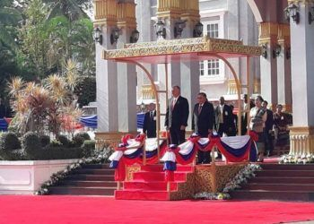 El Presidente cubano es recibido por el Presidente Bounnhang Vorachith, en el Palacio Presidencial de Laos. Foto: Estudios Revolución.