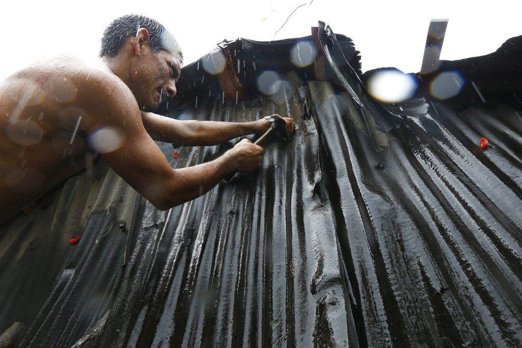 En esta fotografía del 24 de octubre de 2018, un residente repara su vivienda dañada tras el paso del huracán Willa, en Escuinapa, México. No hubo reportes inmediatos de muertes o personas desaparecidas, pero los fuertes vientos de Willa dañaron un hospital, cortaron la electricidad, derribaron viviendas de madera y arrancaron techos de lámina de otras casas en el municipio de Escuinapa, en el estado de Sinaloa. (AP Foto/Marco Ugarte)