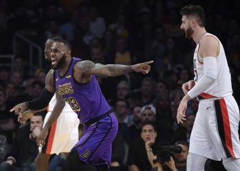 En el duelo contra Portland, LeBron James pasó al quinto puesto de los mejores anotadores de la NBA. (AP Foto/Mark J. Terrill)