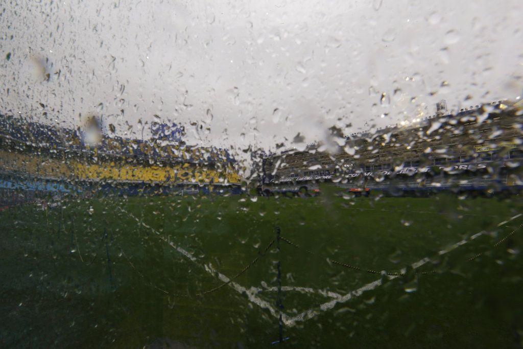 La cancha del estadio la Bombonera de Buenos Aires, el sábado 10 de noviembre de 2018. El partido de ida de la final de la Copa Libertadores entre Boca Juniors y River Plate fue pospuesto porque la lluvia inundó la cancha. (AP Foto/Natacha Pisarenko)