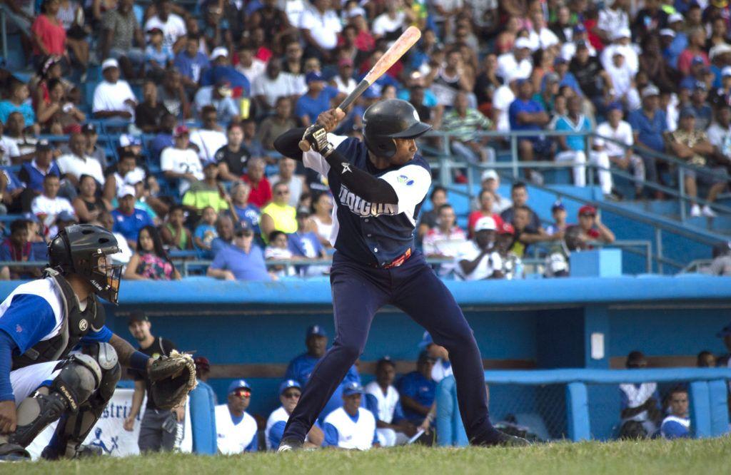 El regreso de Maikel Cáceres a la alineación holguinera puede darles un impulso en el tramo final de la campaña. Foto: Otmaro Rodríguez