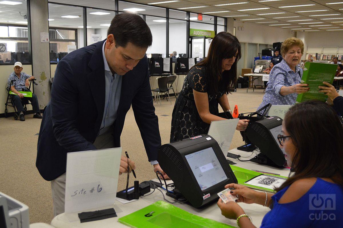 Jeanette Nuñez vota en Miami, junto al senador republicano Marcos Rubio. Foto: Marita Pérez Díaz.