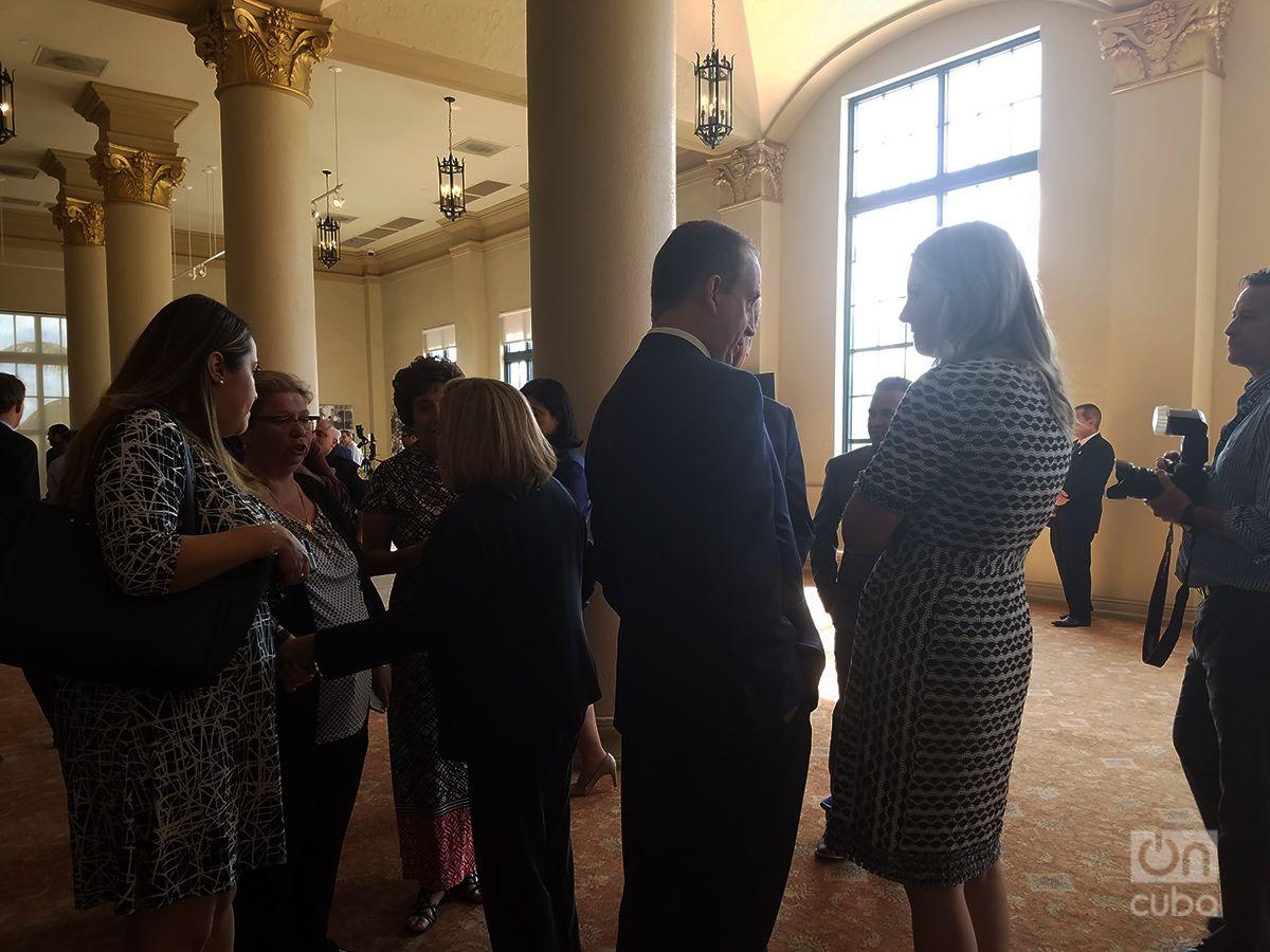 Ileana Ros y Mario Díaz-Balart, de espaldas uno al otro, conversan con asistentes al evento en la Torre de la Libertad. Foto: Marita Pérez Díaz.