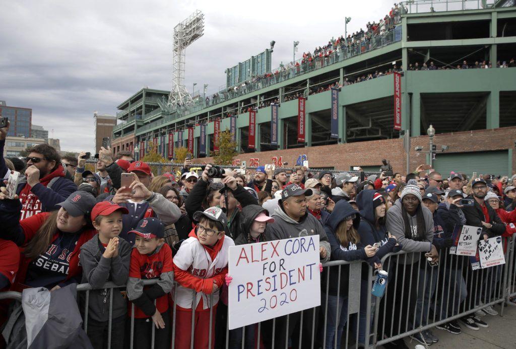 Fanáticos de los Medias Rojas de Boston dejaron clara su postura durante el desfile de campeonato. (AP Foto/Charles Krupa)