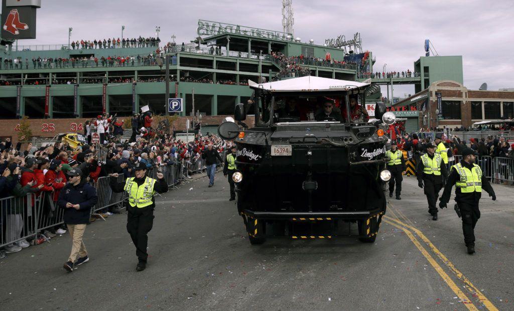 El desfile de los Medias Rojas de Boston se puso en marcha desde el estadio Fenway Park. (AP Foto/Charles Krupa)
