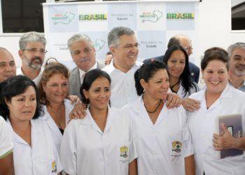"""Galenos cubanos del programa """"Más Médicos"""" junto a autoridades de Brasil. Foto: @OGloboPolitica / Twitter."""