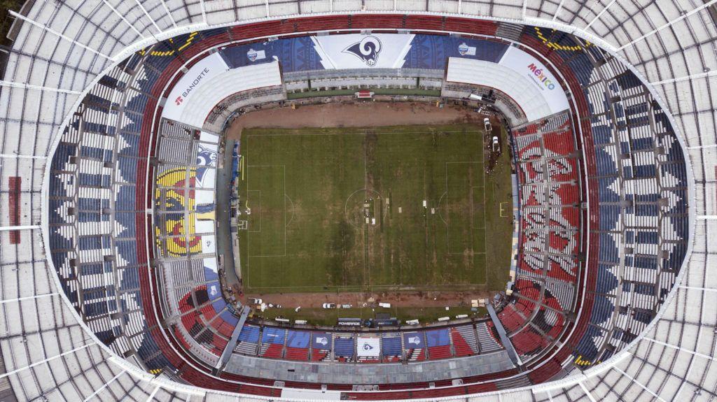 La fotografía tomada desde el aire el martes 13 de noviembre de 2018 muestra el maltrato de la cancha del Estadio Azteca. (AP Foto/Christian Palma)