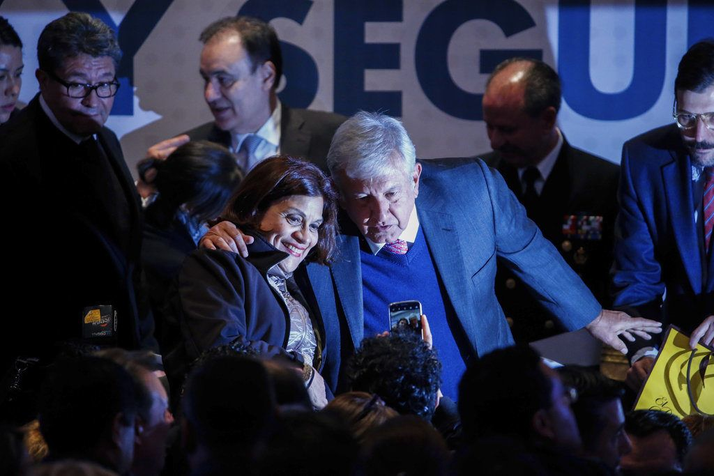 El presidente electo Andrés Manuel López Obrador se toma una fotografía con una mujer en la audiencia durante una conferencia sobre la paz y la seguridad en la Ciudad de México, el 14 de noviembre de 2018. (AP Foto/Anthony Vázquez)