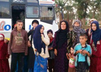 En esta imagen, distribuida por la agencia oficial de noticias de Siria, SANA, mujeres y niños liberados del grupo extremista Estados Islámico en Hamima, al este de la histórica ciudad de Palmora, en Siria, el 8 de noviembre de 2018. (SANA vía AP)