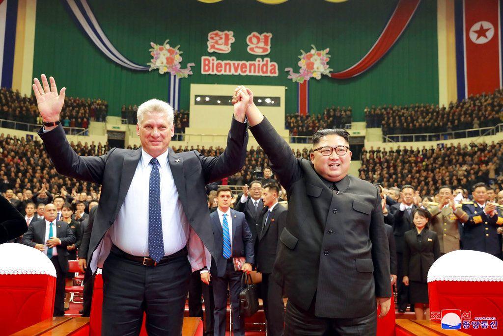 El presidente cubano, Miguel Díaz-Canel, izquierda, y el líder norcoreano Kim Jong Un durante una ceremonia de bienvenida al gobernante caribeño, en Pyongyang, Corea del Norte. Foto: Agencia Noticiosa Central Coreana/Servicio de Noticias de Corea vía AP.