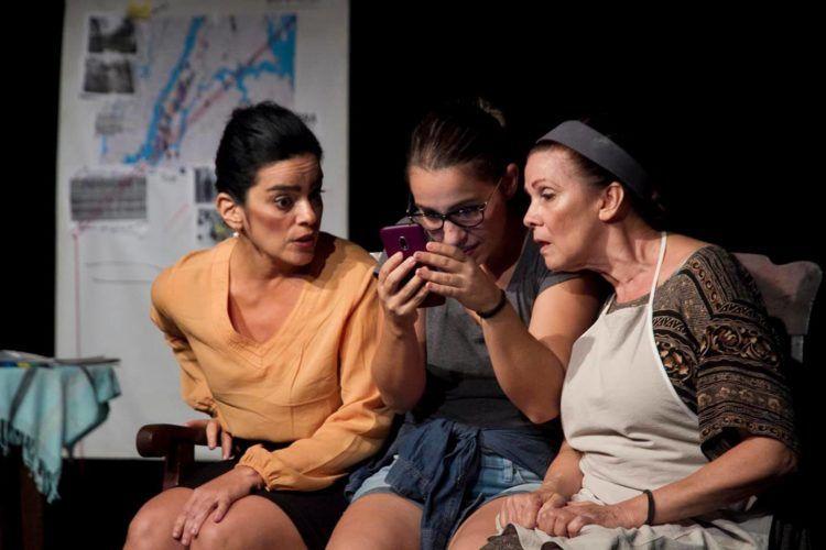 """Obra """"Lengua materna"""", en la foto de izq. a derecha las actrices Gilda Bello, Arianna Delgado, y Yeyé Baéz. Foto: Tomada del evento creado en Facebook por la directora de la Compañía del Cuartel."""