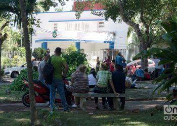 """Cubanos hacen cola frente a la embajada de Panamá en La Habana, para solicitar la """"tarjeta de compras"""". Foto: Otmaro Rodríguez."""