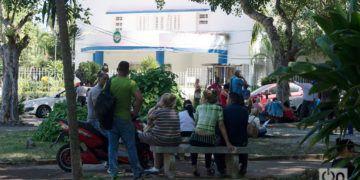 """Cubanos hacen cola frente a la embajada de Panamá en La Habana, en noviembre de 2018, para solicitar la """"tarjeta de turismo de compras"""". Foto: Otmaro Rodríguez / Archivo."""