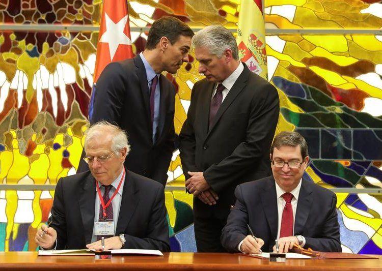 El presidente del gobierno español, Pedro Sánchez (atrás-izq) conversa con su homólogo de Cuba, Miguel Díaz-Canel (atrás-der), durante la firma de un convenio entre ambos países en La Habana. Delante, los cancilleres de España, Josep Borrell (izq), y Cuba, Bruno Rodríguez (der). Foto: Juanjo Martín / EFE / Archivo.