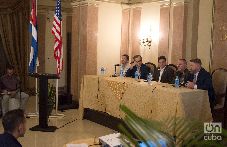 El congresista republicano por Arkansas, Rick Crawford (derecha), habla durante una rueda de prensa en la Conferencia Agrícola EE.UU.-Cuba en el Hotel Nacional, en La Habana. Foto: Otmaro Rodríguez.
