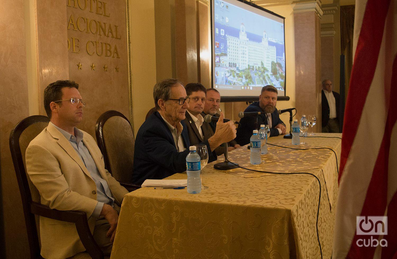 David Frederickson, Comisionado del Departamento de Agricultura de Minnesota (2do a la izquierda), habla durante una rueda de prensa en la Conferencia Agrícola EE.UU.-Cuba en el Hotel Nacional, en La Habana. Foto: Otmaro Rodríguez.