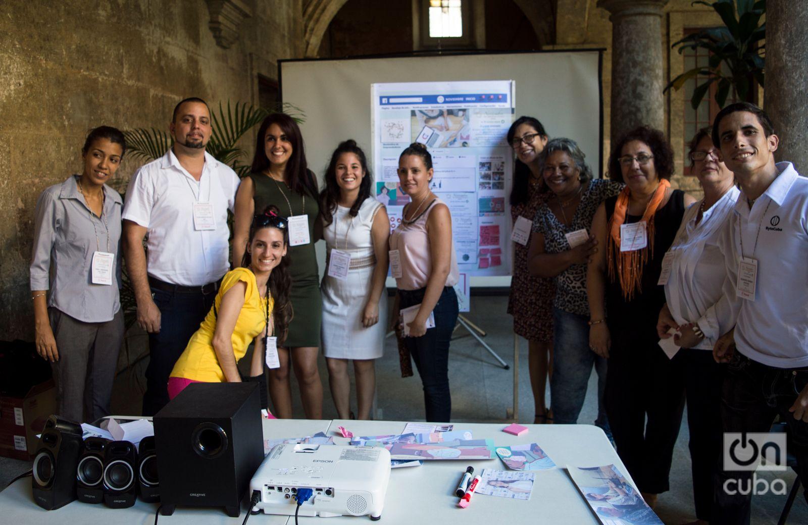 """Maricel Ponvert (4ta de derecha a izquierda) junto a otros emprendedores cubanos reunidos en """"Noviembre de emprendedores"""", en el Centro Félix Varela. Foto: Otmaro Rodríguez."""
