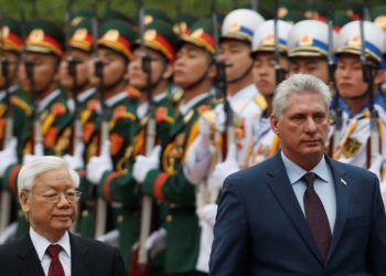 Foto de archivo del presidente cubano, Miguel Díaz-Canel (d), junto al entonces presidente de Vietnam, Nguyen Phu Trong (i), durante su visita a ese país asiático como parte de una gira internacional en noviembre de 2018. Foto: EFE/ KHAM / Pool / Archivo.