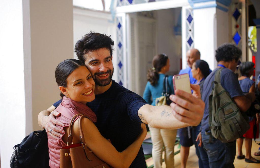 En esta imagen, tomada el 30 de octubre de 2018, los bailarines cubanos expatriados Rolando Sarabia y Yanela Piñera (izquierda), se toman un selfie durante el Festival Internacional de Ballet de La Habana. Foto: Desmond Boylan / AP.