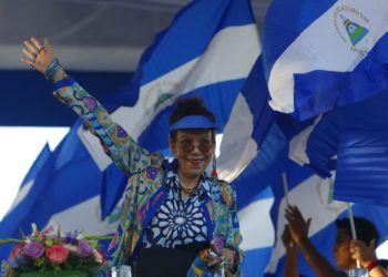 La primera dama y vicepresidenta de Nicaragua Rosario Murillo saludando durante una manifestación en Managua. Foto: Alfredo Zúñiga / AP.