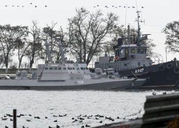 Tres buques ucranianos aparecen en puerto en Kerch, Crimea, el lunes 26 de noviembre de 2018, tras ser secuestrados la víspera por la marina rusa. Foto: AP.
