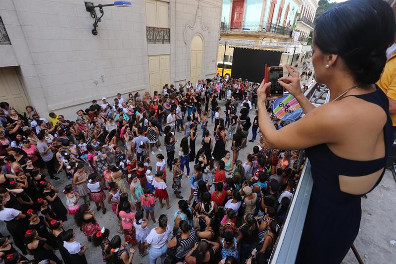 Irene Rodríguez, directora de la compañía de baile español que lleva su nombre, saca fotografías del flashmob. Foto: Yander Zamora.
