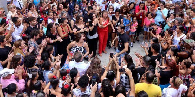 """Taconeos, palmas, giros, volantes y lances tomaron hoy el corazón de La Habana en un concurrido """"flashmob"""" con el que la española Fundación Antonio Gades quiso sacar el flamenco a las calles de la ciudad que tanto amó el célebre bailarín. Foto: Yander Zamora."""