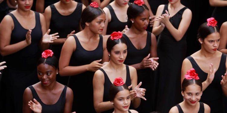 Un grupo de bailarinas participan en el flashmob que une a varias compañías de danza, en el marco del 26 Festival Internacional de Ballet, en una de las calles de La Habana. Foto: Yander Zamora.