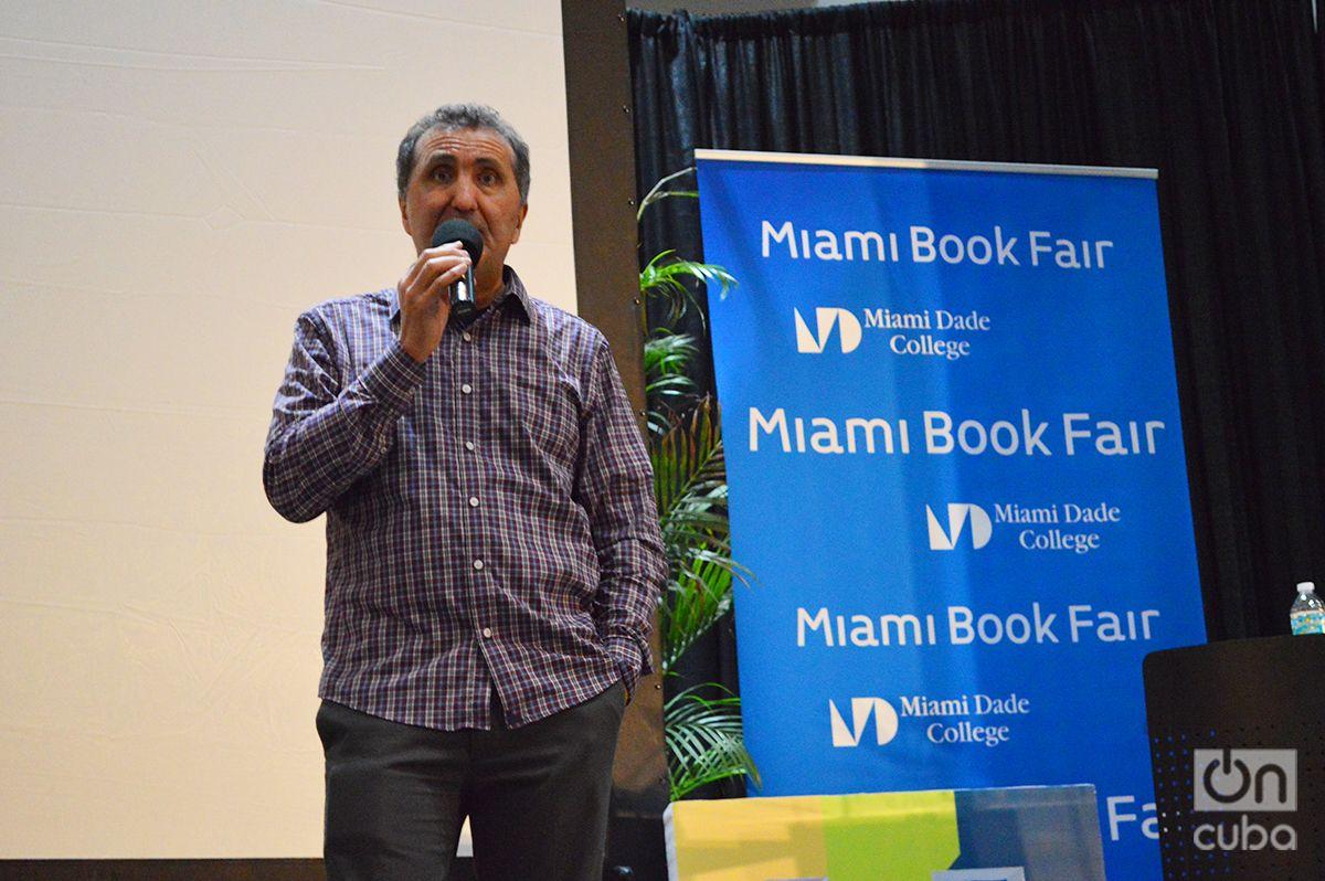 Pete Souza durante la presentación de su libro Shade, a tale of two presidents, en la Feria del Libro de Miami, Foto: Marita Pérez Díaz.