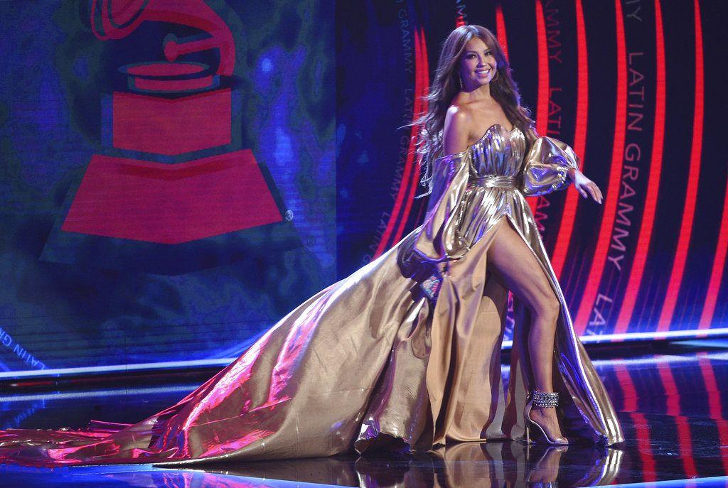 Thalia llega al escenario para entregar el premio al álbum del año en los Latin Grammy el jueves 15 de noviembre de 2018 en el MGM Grand Garden Arena en Las Vegas. (Foto Chris Pizzello/Invision/AP)