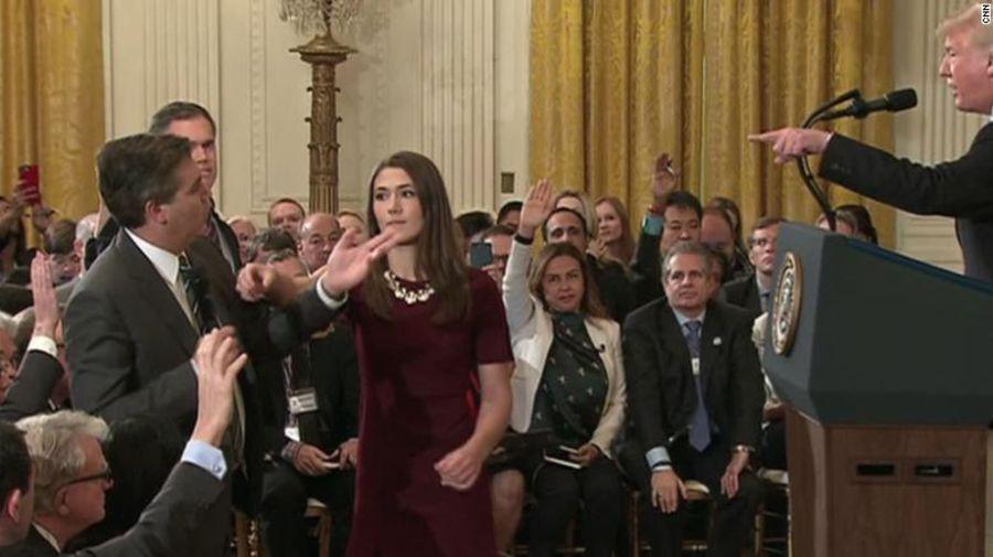Momento en que alguien del equipo de prensa de la Casa Blanca se dispone a retirar el micrófono a Jim Acosta, de CNN.