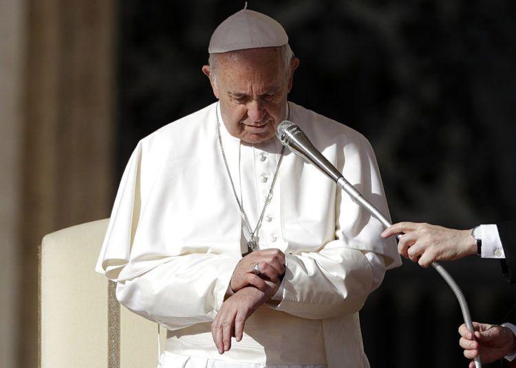 El Papa Francisco mira su reloj en la audiencia general semanal en la Plaza de San Pedro, Ciudad del Vaticano, 7 de noviembre de 2018. Foto: Gregorio Borgia / AP.