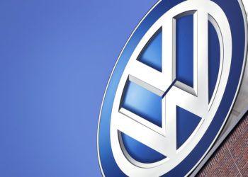 Logo de Volkswagen en un edificio de la empresa en Wolfsburgo, Alemania. Foto: Michael Sohn, / AP.