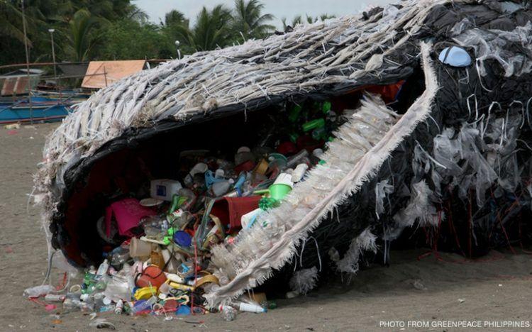 """Escultura hecha por Greenpeace, llamada """"la ballena de plástico"""", en 2017 en Filipinas para que la gente tome conciencia sobre el peligro del plástico para la vida marina."""
