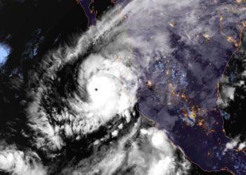 Esta imagen distribuida por la Oficina Nacional de Administración Oceánica y Atmosférica (NOAA, por sus siglas en inglés) el lunes 22 de octubre de 2018 muestra el huracán Willa en el Pacífico en una trayectoria hacia la costa de México. (NOAA vía AP)