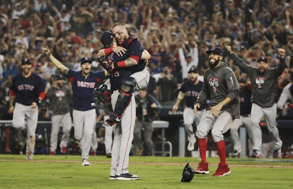 Los Medias Rojas de Boston celebran un memorable triunfo en el quinto juego de la Serie Mundial ante los Dodgers de Los Ángeles para alzarse con el título, el 28 de octubre de 2018. (AP Foto/Jae C. Hong)