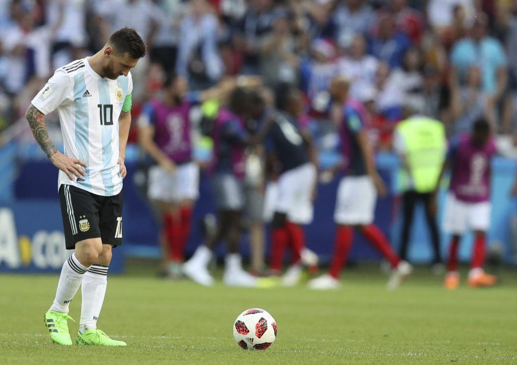 El delantero argentino Lionel Messi luego que Francia tomara la ventaja con el tercer gol de Kylian Mbappé en el partido por los octavos de final del Mundial, el 30 de junio de 2018, en Kazán, Rusia. (AP Foto/Thanassis Stavrakis)