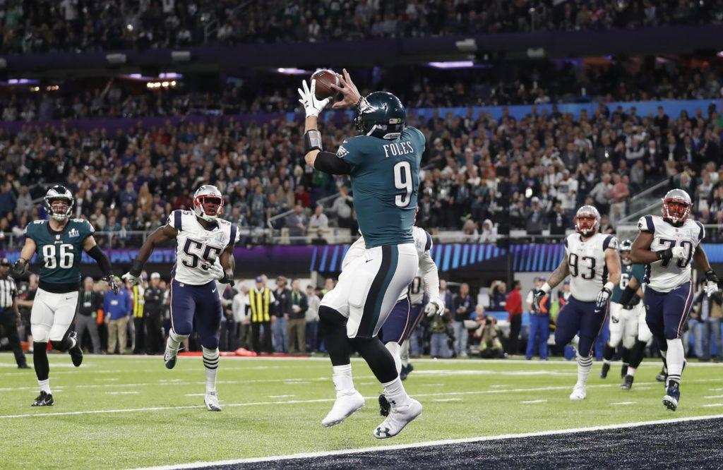 Nick Foles de los Eagles de Filadelfia atrapa un pase de touchdown durante el primer tiempo del Super Bowl ante los Patriots de Nueva Inglaterra, el 4 de febrero de 2018 en Minneapolis. Esta atrapada fue uno de los momentos memorables que encumbraron a Foles como MVP del Super Bowl. (AP Foto/Jeff Roberson)
