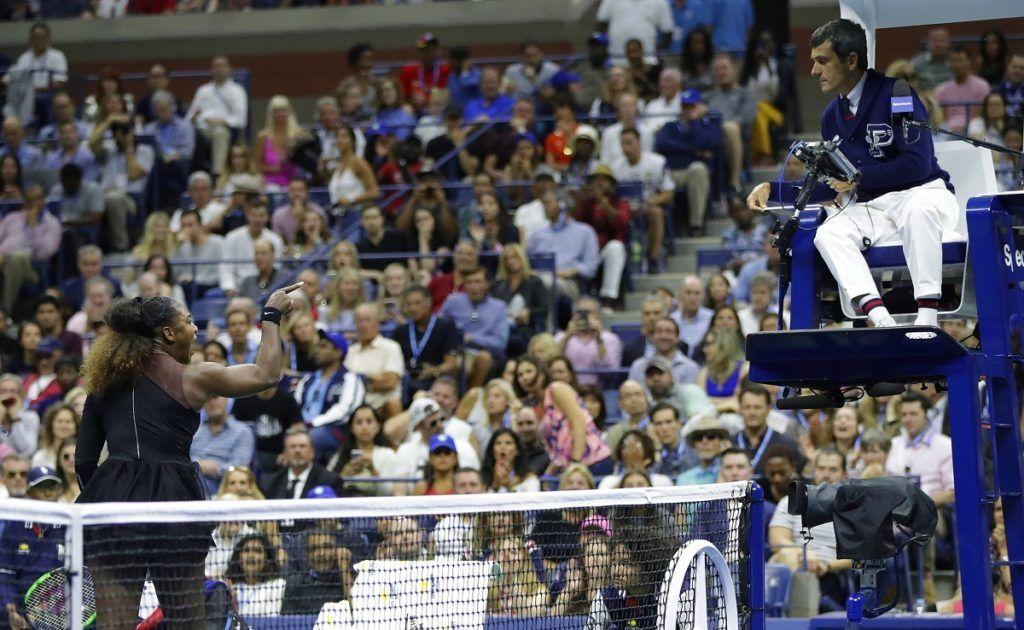 Serena Williams discute con el juez de silla Carlos Ramos durante su partido ante Naomi Osaka en la final femenina del Abierto de Estados Unidos, el 8 de septiembre de 2018 en Nueva York. (AP Foto/Julio Cortez)