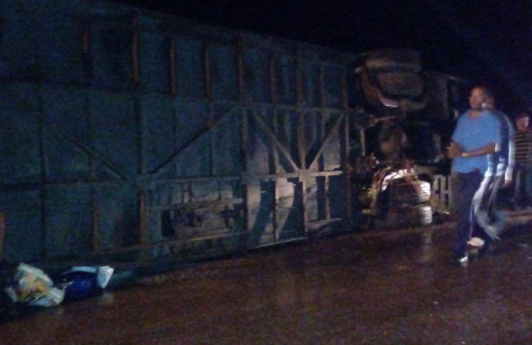 Imagen sin editar del ómnibus accidentado en la madrugada del miércoles 12 de diciembre de 2018 en Mayarí, Holguín, en el oriente cubano. Foto: Perfil de Facebook de Raul Vazquez.