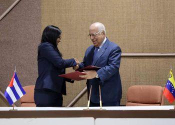 Delcy Rodríguez (izq), Vicepresidenta Ejecutiva de Venezuela, saluda a Ricardo Cabrisas, vicepresidente cubano del Consejo de Ministros, tras el acuerdo del plan de cooperación bilateral para 2019. Foto: @CancilleriaVE / Twitter.
