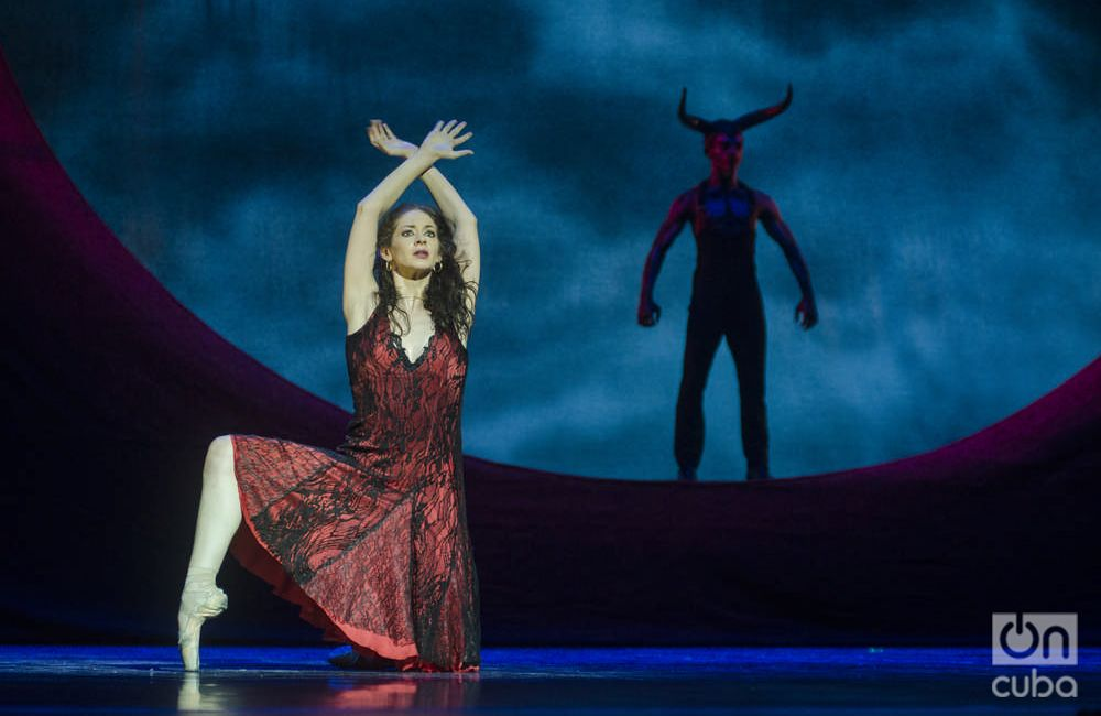 """""""Carmen"""", versión coreográfica de Carlos Acosta, interpretada por Laurretta SummerscalesyYonah Acosta, primeros bailarines delBallet Estatal de Baviera, Alemania. Foto: Enrique Smith."""