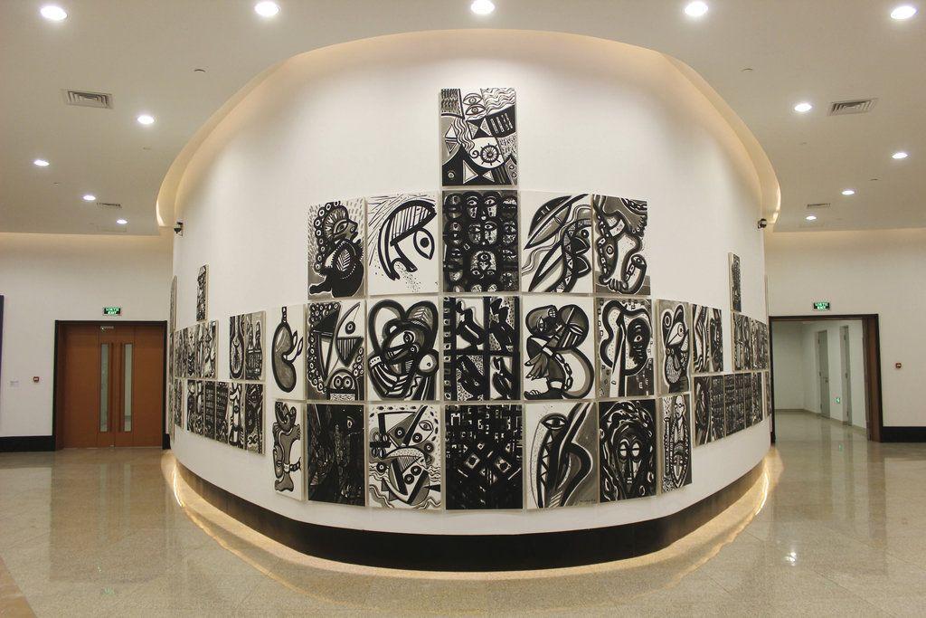 """Una instalación del artista haitiano Philippe Dodard, """"La Movement en Memoire"""", se exhibe en una galería de arte contemporáneo africano en el nuevo Museo de las Civilizaciones Negras en Dakar, Senegal. (AP Foto/Amelia Nierenberg)"""