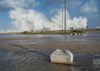 Marejadas e inundaciones en las cercanías del malecón de la Habana en diciembre de 2018. Foto: Otmaro Rodríguez / Archivo.