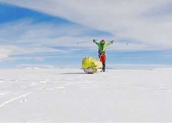 En esta fotografía facilitada por el aventurero estadounidense Colin O'Brady él posa durante su recorrido por la Antártida el miércoles 26 de diciembre de 2018. Foto: Colin O'Brady vía AP.